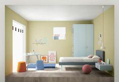 Cameretta completa di armadio con terminale libreria, letto singolo imbottito con cuciture di colore a contrasto, comodino sospeso, scrivania tonda con gambe in legno, pouf e tappeto.  Finiture a scelta nei colori di serie.