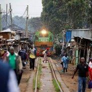 Eine neue Bahnlinie verkürzt die Fahrzeit zwischen den kenianischen Städten Mombasa und Nairobi. Gebaut wurde sie von China. Viele Einheimische fühlen sich abgehängt. Der Fotograf Baz Ratner hat das Leben an den Schienen dokumentiert. Minibus, Mombasa, Nairobi, Fair Grounds, Fun, Travel, Kenya, Train Tracks, Africa