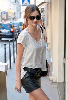 Jupe en cuir à porter avec un simple tshirt écru col v pour être encore plus sexy