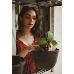 Simple Kurti Designs, Half Saree Designs, Sonam Kapoor, Deepika Padukone, Natural Makeup Look Tutorial, Vintage Bollywood, Bollywood Style, Frock For Women, Saree Photoshoot