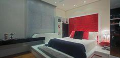 Dúplex mistura luxo e modernidade com piso de mármore e pontos de cor