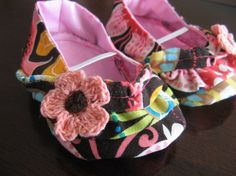 Ruffled baby girl shoes with crocheted flower