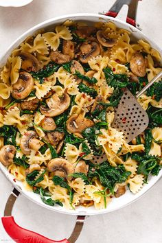 Parmesan Spinach Mushroom Pasta Skillet - Super quick and impossible to mess up! This parmesan spinach mushroom pasta skillet is the ultimate win for vegetarian weeknight dinners! Spinach Mushroom Pasta, Asparagus Pasta, Spinach Stuffed Mushrooms, Stuffed Peppers, Vegetarian Recipes Dinner, Dinner Recipes, Healthy Recipes, Dinner Ideas, Healthy Snacks