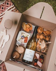 Karakter's Picnic Box Charcuterie Recipes, Charcuterie And Cheese Board, Party Food Platters, Cheese Platters, Party Food Boxes, Food Box Packaging, Food Packaging Design, Café Brunch, Comida Picnic