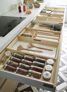Organización de interiores, modelo LINE-E estratificado Kitchen Drawer Organization, Kitchen Storage Solutions, Kitchen Drawers, Kitchen Items, Functional Kitchen, Stylish Kitchen, Kitchen Interior, Kitchen Decor, Kitchen Dubai