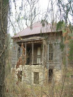 Old Farm House, could use some love, but I would handle that part ♥ Would love to help fix this old house. Abandoned Farm Houses, Abandoned Property, Old Farm Houses, Vintage Houses, Abandoned Homes, Old Buildings, Abandoned Buildings, Abandoned Places, Beautiful Buildings