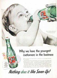 Charles Leiper Grigg inventa la 7 Up nel 1929 e la lancia tre settimane prima del crollo di Wall Street. All'inizio, la bevanda conteneva citrato di litio, poi rimosso nel 1950; per questo si usava come medicinale per curare i postumi di una sbornia.   Il manifesto che vedi è del 1953; nella body-copy si sosteneva che la bevanda gassata, mescolata al latte del neonato, poteva facilitare la presa del biberon. Strane cose succedevano nel mondo dell'Advertising nascente!