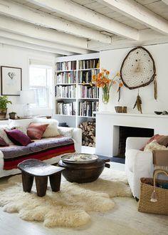 """Si j'ai choisi de vous présenter cet intérieur aujourd'hui, c'est pour le plaisir de tous les petits détails ethniques. Dans chaque pièce, on trouve un ou plusieurs éléments, petit meuble ou textile, qui """"viennent d'ailleurs"""". A mon sens, ils apportent..."""