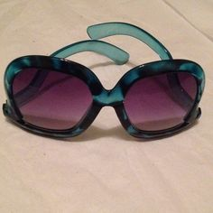 NWOT Blue leopard sunglasses with contorted sides Blue leopard print sunglasses with contorted sides. Different and fun but just a little flair and you can pull these bad boys off. Accessories Sunglasses
