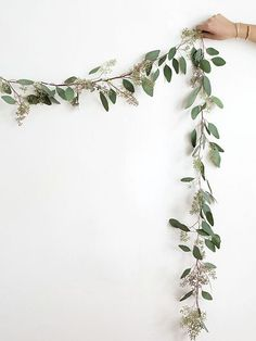 DIY Eucalyptus Garland - Homey Oh My holidays, christmas, christmas decor Deco Floral, Arte Floral, Eucalyptus Garland, Seeded Eucalyptus, Decor Scandinavian, Minimalist Christmas, Minimalist Kitchen, Minimalist Interior, Minimalist Living