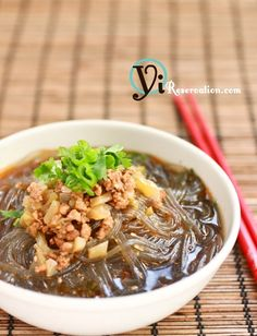 How to make ChongQing Hot and Sour Cellophane Noodles (重慶酸辣粉) | Yi Reservation    http://yireservation.com/recipes/chongqing-hot-and-sour-cellophane-noodles/#