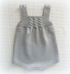 Diy Crafts - This post was discovered by Meral Açık. Discover (and save!) your own Posts on Unirazi. Baby Knitting Patterns, Baby Girl Patterns, Baby Girl Crochet, Crochet Baby Booties, Layette Pattern, Quick Knits, Knitted Romper, Baby Cardigan, Baby Sweaters