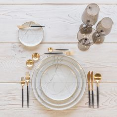 Smoke and marble With our Carrara Dinnerware + Goa Flatware in Brushed Gold/Black + Bella Gold Rimmed Stemware in Smoke + Gold Salt Cellars + Tiny Gold Spoons Aalborg, Comment Dresser Une Table, Dresser Table, Design Plat, Gold Cutlery, Cutlery Set, Pink Marble, Deco Design, Decoration Table