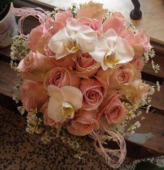 Morsiuskimppu ruususta ja perhoskämmekästä.