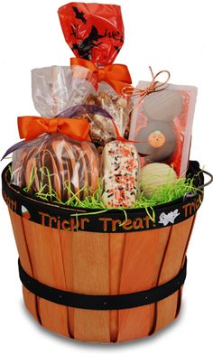 Halloween gift basket ~ maybe this year for the people in my life that i love so. Halloween gift basket ~ maybe this year for the people in my life that i love so much! Fall Gift Baskets, Halloween Gift Baskets, Themed Gift Baskets, Wine Gift Baskets, Raffle Baskets, Christmas Gift Baskets, Basket Gift, Creative Gift Baskets, Creative Gifts