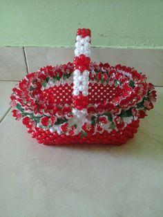 Echo de perlas Mostacillas Beaded Christmas Ornaments, Christmas Crafts, Bead Bowl, Beaded Crafts, Beaded Bags, Perler Beads, Birthday Candles, Baskets, Lily