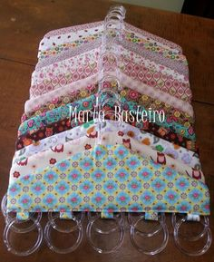 Sólo imagen: Percha con anillas de cortina para colgar bufandas - Image only: hanger with curtain rings attached to attach scarves - Great Idea for scarf hangers - Cabides. Para colocar lenços, etc Image only - hanger with curtain rings attached could u Small Sewing Projects, Sewing Hacks, Sewing Tutorials, Craft Projects, Sewing Patterns, Fabric Crafts, Sewing Crafts, Scrap Fabric, Hanging Scarves