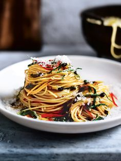 Curled up on the sofa or entertaining friends, you can't go wrong with our favourite studio pasta. Magic twirls of pasta with red chilli,… Pot Pasta, Pasta Dishes, Tuna Spaghetti Recipe, Yummy Pasta Recipes, Healthy Recipes, Recipes Dinner, Donna Hay Recipes, Sweet Potato Recipes, Italian Recipes