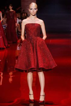 Elie Saab Fall 2013 Couture Runway - Elie Saab Haute Couture Collection - I kinda just want to invent an event for Valentine& day! just so i can wear this. Elie Saab Couture, Haute Couture Gowns, Style Couture, Couture Fashion, Beautiful Gowns, Beautiful Outfits, Fashion Week, Fashion Show, Fashion Trends