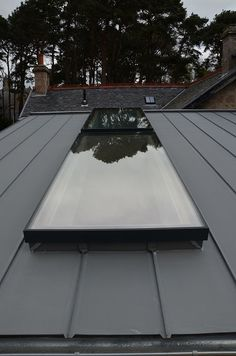 Glass roofs will give a bright impression in your home, but you need to know about the way of placement and the shape of your glass roof according to your home. let's check here the tips and tricks Pergola With Roof, Patio Roof, Pergola Shade, Flat Roof Skylights, Pergola Designs, Pergola Ideas, Pergola Kits, Pergola Plans, Pergola Cover