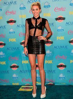 """Miley Cyrus ( @Miley Cyrus) volvió a ser el centro de las miradas con su estilismo. Miley recibió tres premios y, entre ellos, el de Icono de Moda. ¡Con este modelito a lo """"femme fatal"""" no sabemos si le pega mucho ese premio! Eso sí ¡está claro que sólo ella puede permitirse estos looks!"""
