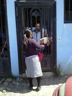 Tijuana Mexico - JW presenting the Good News to a householder Jw News, Public Witnessing, Go And Make Disciples, Matthew 24 14, Kingdom Hall, Bible Covers, Love Truths, Everlasting Life, Follow Jesus