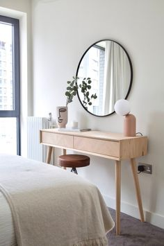 A beautiful dressing table to get ready at in a super stylish airbnb designed by Topology Interiors. Simple styling and a neutral colour palette adds to the sophistication of the design. Dressing Table Decor, Bedroom Dressing Table, Dressing Tables, Narrow Dressing Table, Dressing Room, Simple Dressing Table, Minimalist Apartment, Minimalist Room, Room Ideas Bedroom