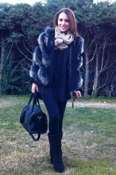 leggins de CALZEDONIA, camiseta negra larga de H&M, botas UGG, foulard beige de MANGO, chaquetón de pelo de BIMBA Y LOLA, todo de este invierno.  Y bolso de BLANCO nueva temporada.