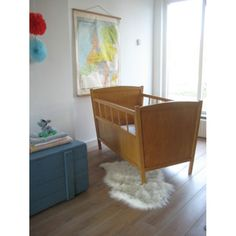 vintage houten ledikantje & stoere blauwe kist | www.mevrouwdeuil.nl