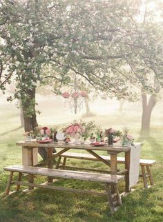 Pretty picnic setting... Perfect for a very small wedding. (Image via Flower Story on Facebook)