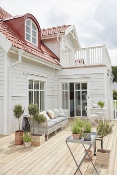 Stunning Farmhouse Cottage Design Ideas And Decor You Are Looking For Design Exterior, House Paint Exterior, Cottage Shabby Chic, Modern Farmhouse Design, Ranch Remodel, Villa, Swedish House, Cottage Design, House Painting