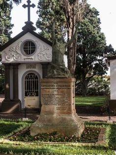 """No acto inaugural, o monumento encontrava-se envolto nas bandeiras de Portugal, da França e da Grã-Bretanha, em memória do ataque alemão e em homenagem às vítimas dos afundamentos da """"Surprise"""" e da barcaça portuguesa, mortos no porto do Funchal."""