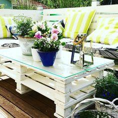 Jo neljäs kesä alkaa näillä kuormalavakalusteilla. Paras kesäsohva ikinä. Idea löytyi Pinterestistä. Kuormalavat naapurista. Työvoima maalaukseen ja kokoamiseen - rakas mies. Ja taas nautitaan kesästä ja auringosta. #kesä #hyväjäke #kesäkukat #kuormalava #kuormalavasohva #pallet #palletsofa #futuremarja #somefi #recycle #recyclepallet #summer