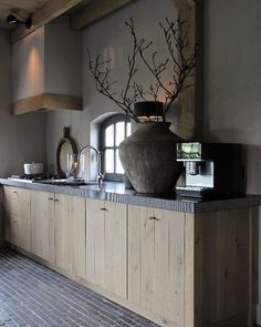 Browse photos of Small kitchen designs. Discover inspiration for your Small kitchen remodel or upgrade with ideas for organization, layout and decor. Kitchen Furniture, Kitchen Flooring, Kitchen Remodel, Home Remodeling, New Kitchen, House Interior, Country Kitchen, New Kitchen Cabinets, Kitchen Design