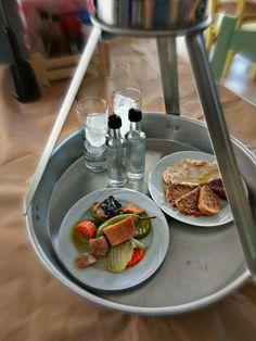 Μας συστήθηκαν για πρώτη φορά στα μέσα του Αυγούστου, όταν οι περισσότεροι Αθηναίοι βρίσκονταν εκτός Αθηνών. Φιλοδοξούν ωστόσο να γίνουν ένα από τα πιο αγαπημένα στέκια όσων αγαπούν τα αποστάγματα, το κρασί, τη μπίρα και φυσικά, τα μεζεδάκια.