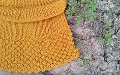 Capa color mostaza. Diseño de Hilos y madera #knitting #punto #dosagujas