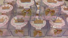 Caixinha acrílica decorada no tema COROA  A caixinha mede 5 x 5 x 4,5cm, e vem decorada com fita rosa claro, papel scrapbook xadrez rosa,e outro com bolinhas , ambos com recorte escalope. Coroa dourada. Lacinho dourado com brilhinho .  ** VAZIA.  * Consulte valor com recheio.  * Prazo de produção...