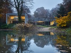 Completed in 2018 in Antwerp, Belgium. Images by Lenzer. Living in a landscape House BRAS is located on a lush green site abutting a pond in the middle of an old allotment in the suburbs of Antwerp. Glass House Design, Delta Light, Journal Du Design, Building Systems, Ground Floor Plan, Forest House, Good House, Contemporary Architecture, Residential Architecture