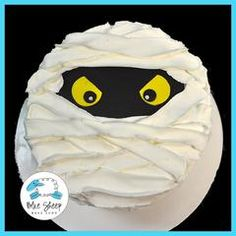 This buttercream mummy cake is a cute & scary addition to your Halloween party!