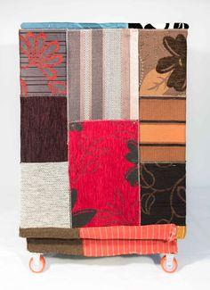 cassapanca realizzata con materiale riciclato materiali: legno e tessuto