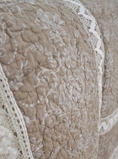 www.gardsromantik.se - Quilt pläd överkast beige med spets Chic Antique