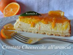 Una cheesecake con base di pasta frolla, ricoperta con marmellata di arance. La ricetta classica della pasta frolla per crostata, senza lievito e con un solo uovo. Nel ripieno: ricotta, un formaggio fresco spalmabile tipo philadelphia, yogurt greco, succo di arancia e qualche cucchiaio di maizena per addensare.