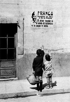 Épreuve HDA Photographie de l'agence EFE -Septembre 1939 Titre : « Dos niños saludan brazo en alto ante un cartel de Franco en septiembre de 1939 »