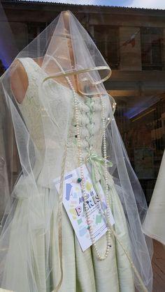 Une robe de mariée  romanesque en soie vert amande et dentelle  de Caudry