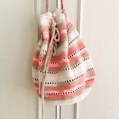 crochet handbags Try this super easy and free crochet handbag pattern. The seaside handbag pattern is very straight forward yet so elegant and suitable for any summer trip outfit. Crochet Market Bag, Crochet Tote, Crochet Handbags, Crochet Purses, Crochet Slippers, Crocheted Bags, Quick Crochet, Cute Crochet, Crochet Baby
