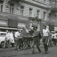 Fotogalerie: Dramatické události srpna 1968 v Praze - KRVAVÁ VLAJKA. V průjezdu jsem viděla...
