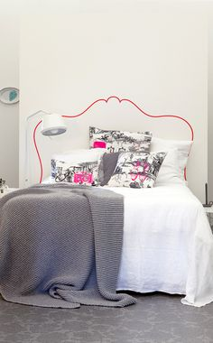 #neon headboard #white #bedroom | rueduchatquipeche.blogspot.com