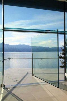 Porta de vidro pivotante com um visual deslumbrante.  Fotografia: http://www.decorfacil.com/portas-pivotantes/