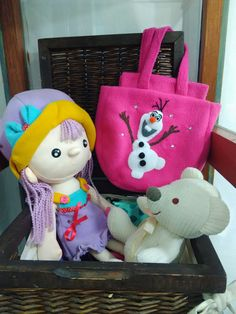 Bolso con el personaje Olaf de Frozen hecho con la técnica de patchwork en manta polar. Hecho a mano en el taller de Puntadas!