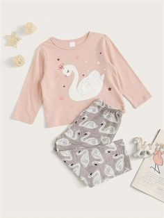 To find out about the Toddler Girl Swan Print PJ Set at SHEIN, part of our latest Toddler Girl Loungewear ready to shop online today! Cute Pajama Sets, Cute Pajamas, Girls Pajamas, Pj Sets, Little Girl Outfits, Kids Outfits Girls, Toddler Girl Outfits, Toddler Girls, Baby Girl Fashion